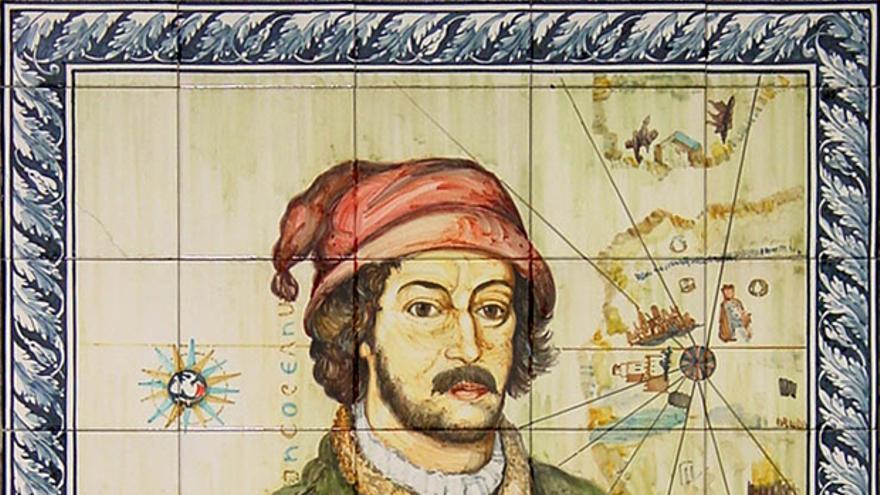 Juan de la Cosa nació en Santoña entre los años 1450 y 1460. Su experiencia como marino le llevó a enrolarse en el primer viaje de Colón a América, en el que participó con su propia nao, la Santa María.