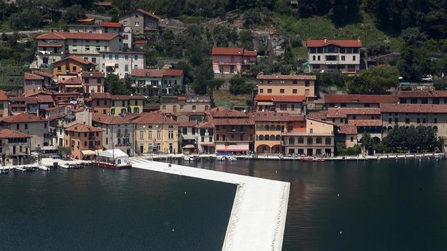 Christo invita a caminar sobre las aguas del italiano lago Iseo