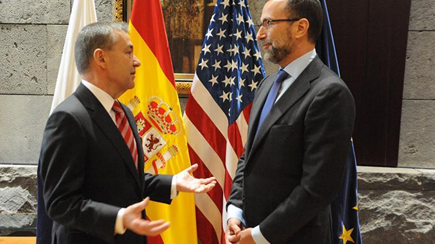 El embajador de Estados Unidos en España, James Costos, habla con el presidente del Gobierno de Canarias, Paulino Rivero.