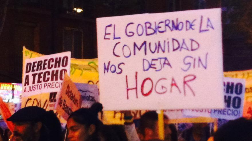 Una de las pancartas de la manifestación de la PAH contra la privatización de viviendas públicas