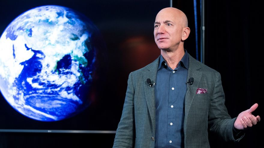 Jeff Bezos alcanza el espacio en un cohete de su compañía Blue Origin