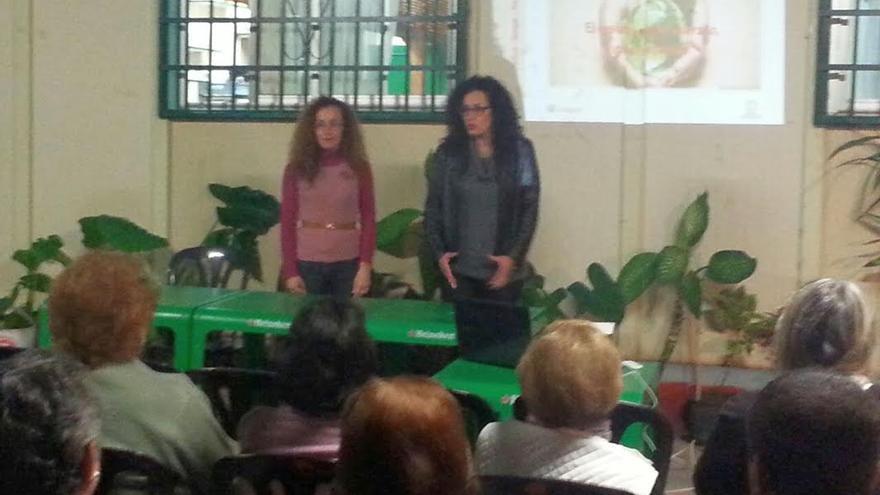 La consejera insular de Medio Ambiente (derecha), en unas de las charlas sobre la separación y el reciclaje de los residuos orgánicos. .