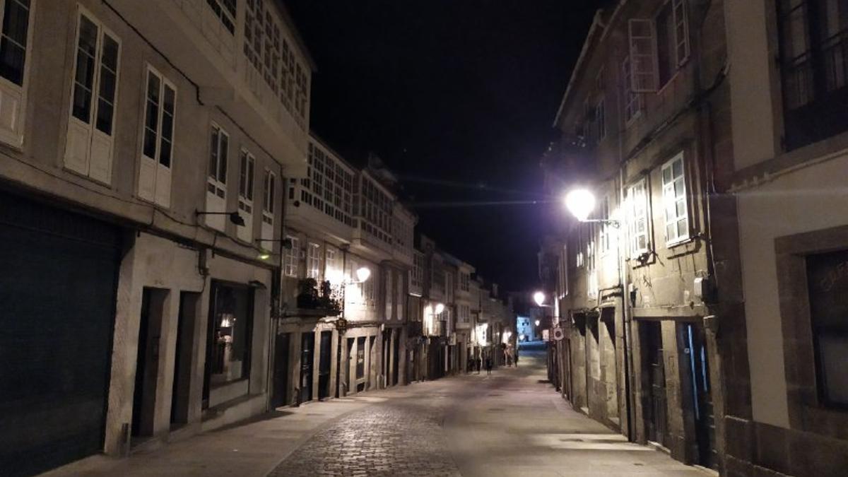 Imagen de la Rúa de San Pedro, zona de restaurantes de Santiago de Compostela, semivacía tras el fin del estado de alarma