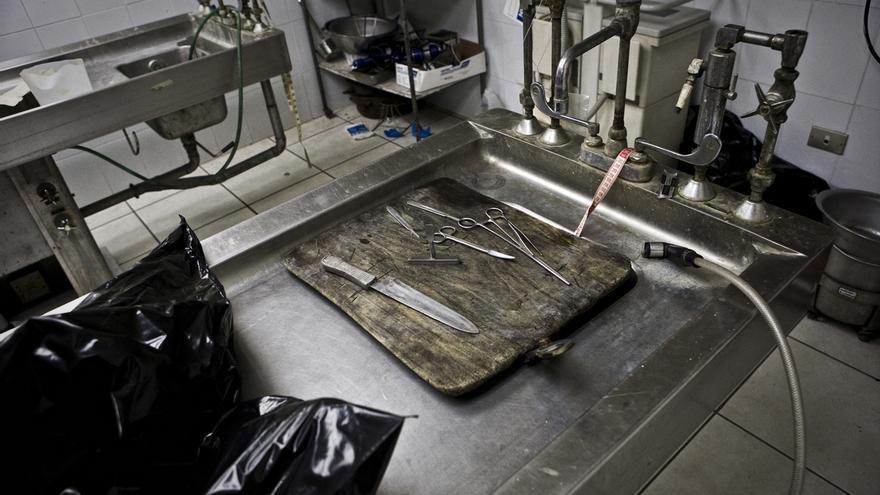 Herramientas de trabajo en la sala de autopsias del Instituto de Medicina Legal. /Edu Ponces (RUIDO Photo)