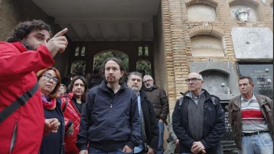 Pablo Iglesias, secretario general de Podemos, en el cementerio municipal de Paterna, donde se calcula que hay más de 2.000 fusilados por el franquismo