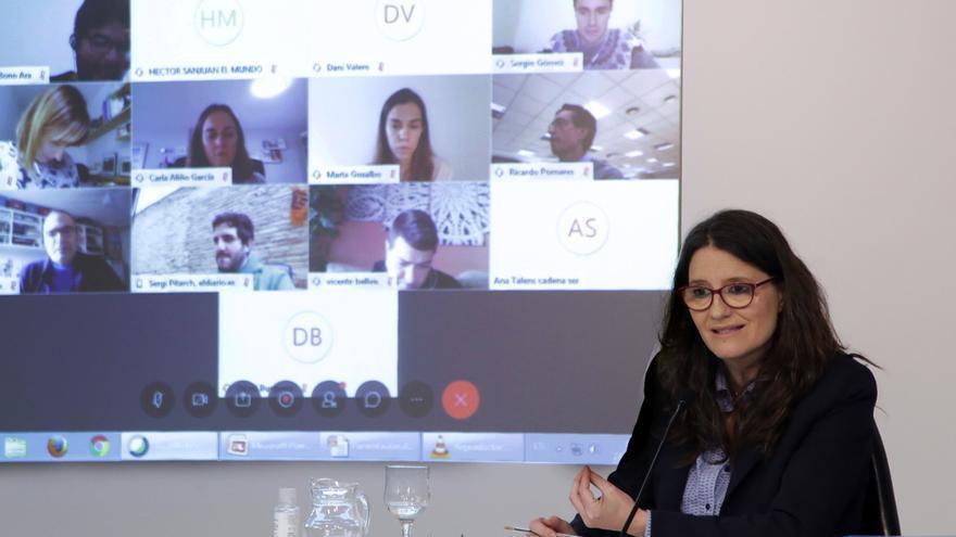La vicepresidenta del Consell, Mónica Oltra, contesta a las preguntas de los periodistas.
