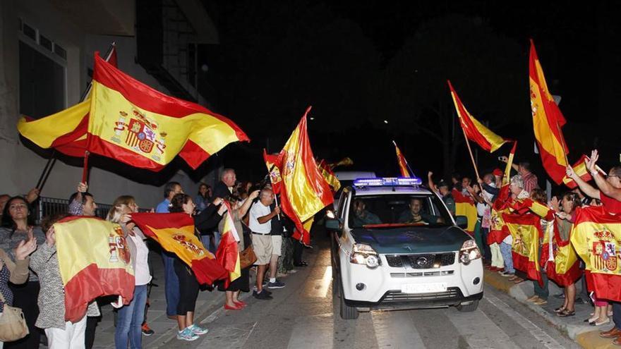 "Multitud despidiendo a la Guardia Civil al grito de ""A por ellos, oe, oe, oe"". (Twitter)"