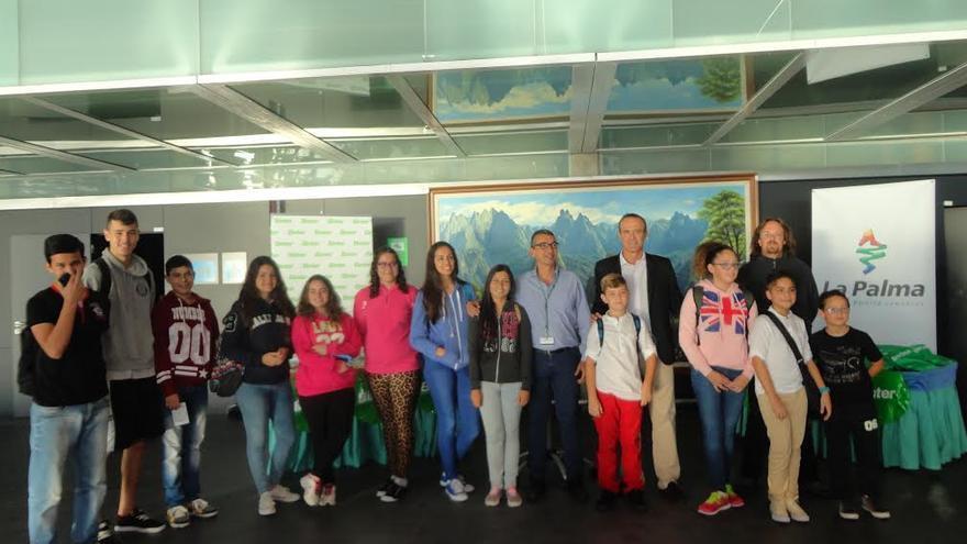 Los ganadores del concurso  escolar 'Mirando al futuro desde el cielo de Canarias', en el Aeropuerto de La Palma.