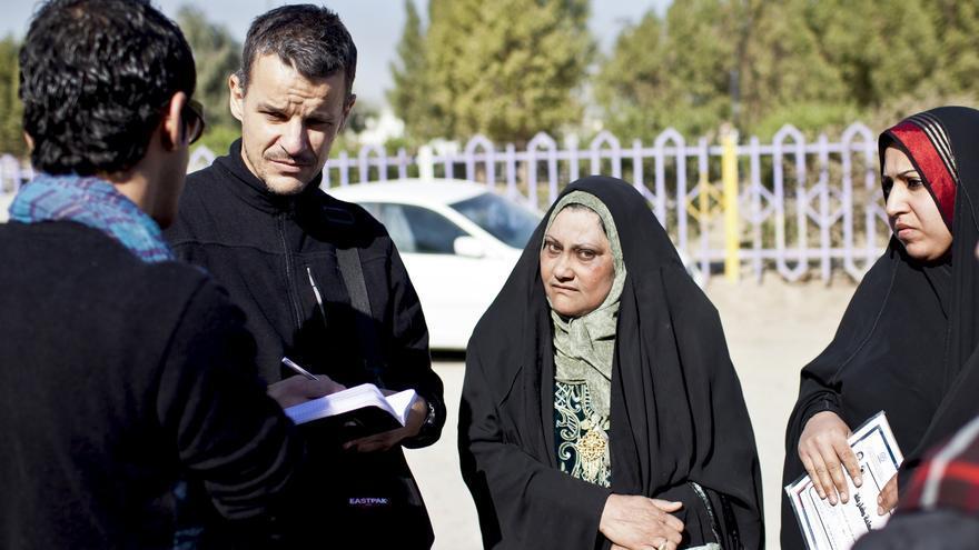 Karlos Zurutuza trabajando de calle en Ciudad Sadr, Bagdad. /EDN.