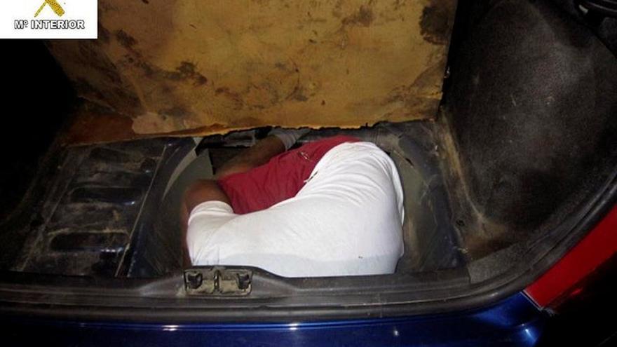 Rescatadas tres personas ocultas en dobles fondos de un vehículo en Melilla