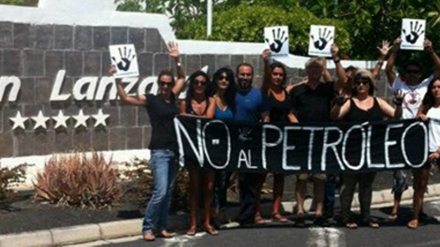 Concentración contra las prospecciones, este viernes, frente al hotel Volcán Lanzarote.