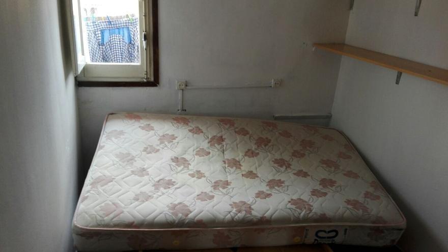 Habitación en la que dormía el imán Abdelbaki Essati, tras ser registrada por la policía