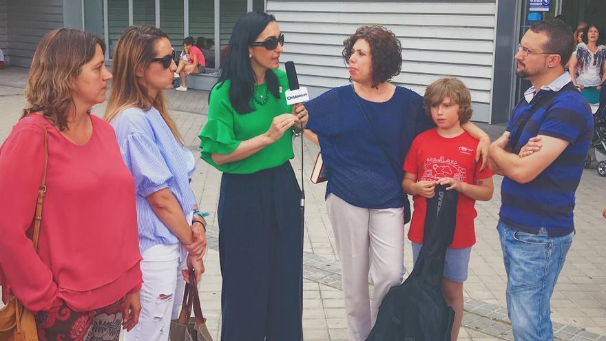 Familiares de alumnos y la directora de la escuela durante la entrevista con eldiario.es