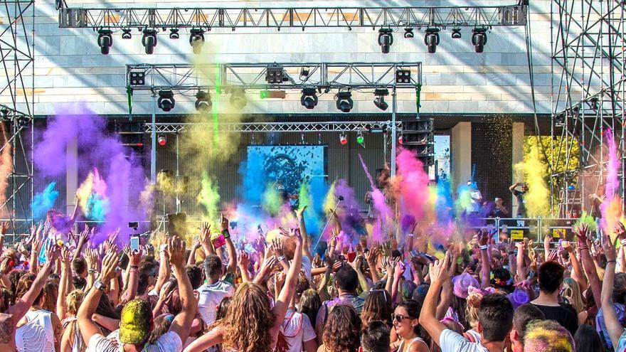 El público salpicado de colores durante el ColorsTribe