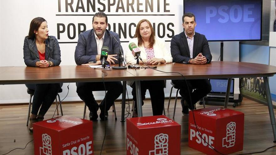 El portavoz del grupo socialista en el Ayuntamiento de Santa Cruz de Tenerife, José Ángel Martín, junto a los otros tres concejales de su grupo, en la rueda de prensa en la que analizó la composición del nuevo grupo de gobierno, formado por CC y PP. EFE/Cristóbal García