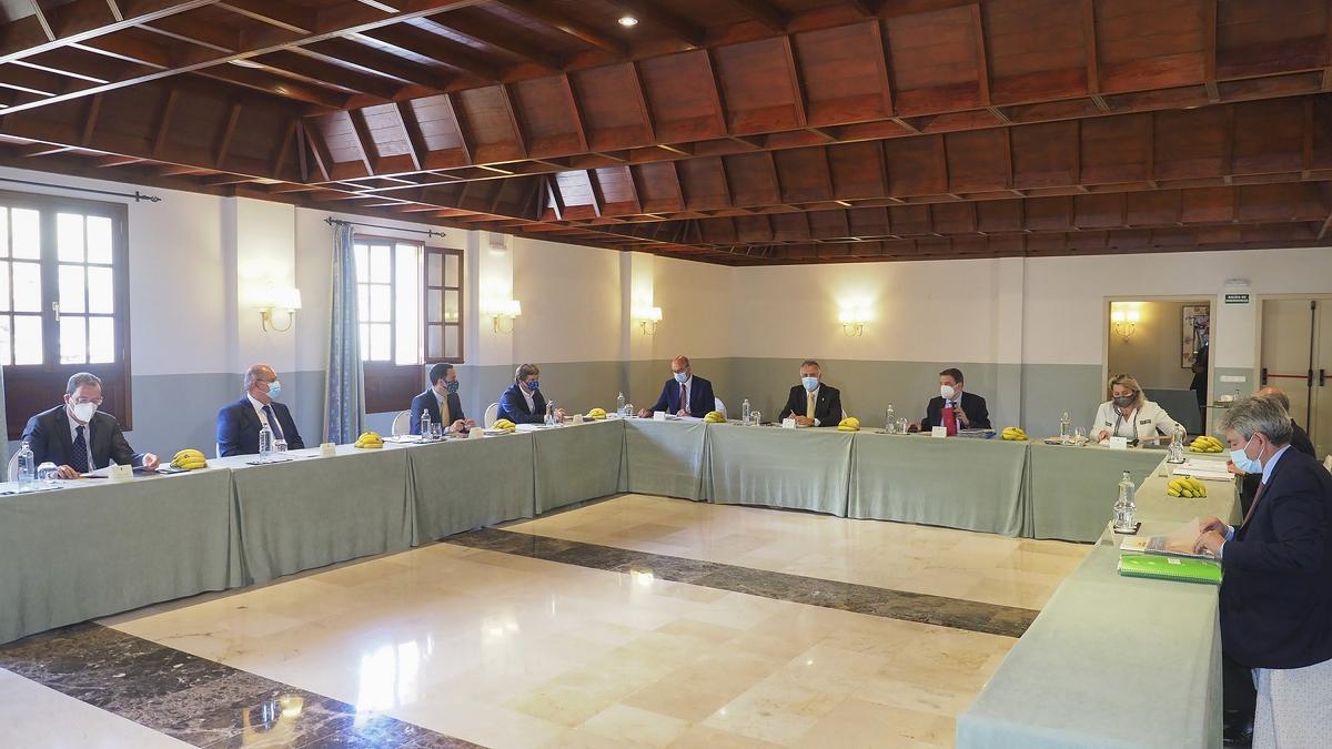 Reunión celebrada en La Palma entre representantes del Gobierno autonómico, el Ministerio de Agricultura y la Asociación de Organizaciones de Productores de Plátanos de Canarias (Asprocan)