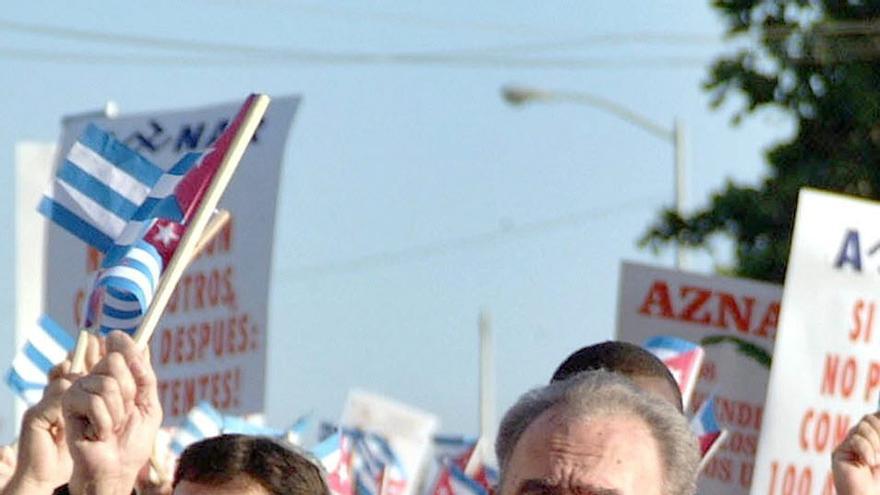 """MANIFESTACION CUBA:MIA18 - 12/06/03- MANIFESTACION CUBA - LA HABANA - Encabezados por el presidente de Cuba Fidel Castro, miles de personas marcharon hoy frente a la embajada de España en la Habana, con motivo de la convocatoria del gobierno cubano a más de un millón de habaneros ante las sedes diplomáticas de España e Italia, considerados principales responsables de la """"retrógrada"""" declaración de la Unión Europea sobre la isla. Los manifestantes agitaron banderas cubanas y gritaron consignas contra José María Aznar y Silvio Berlusconi, jefes del Gobierno español e italiano, respectivamente."""
