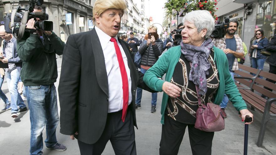 Javier Gurruchaga pasea por Triana como Donald Trump