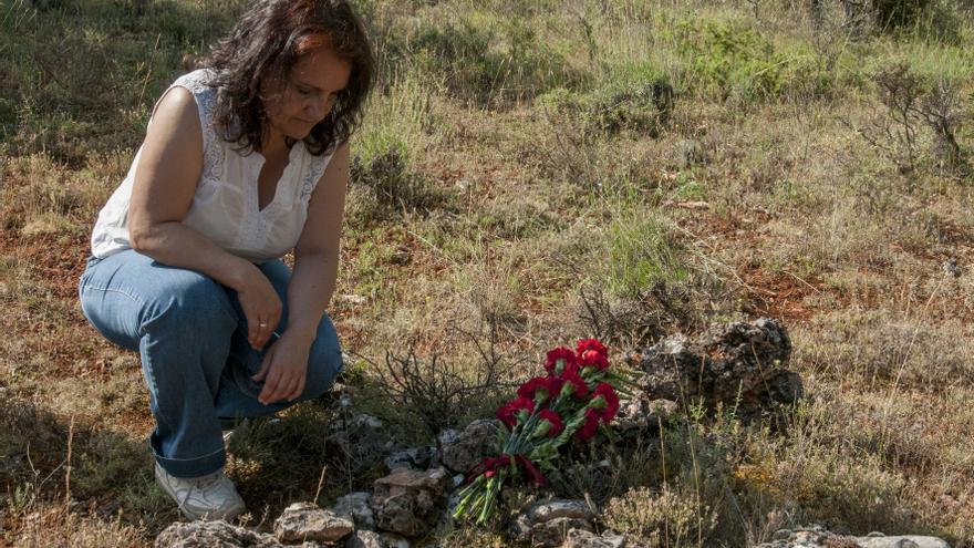 Ana Andaluz sobre la fosa de su abuelo Abundio recuperada por la Asociación Soriana Recuerdo y Dignidad.