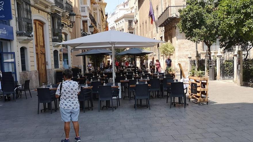 Una enorme terraza en la calle Caballeros, junto al Palau de la Generalitat