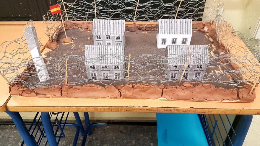 Una maqueta de un campo de concentración franquista elaborado por los alumnos del Instituto Tartessos de Camas /foto: C. S.