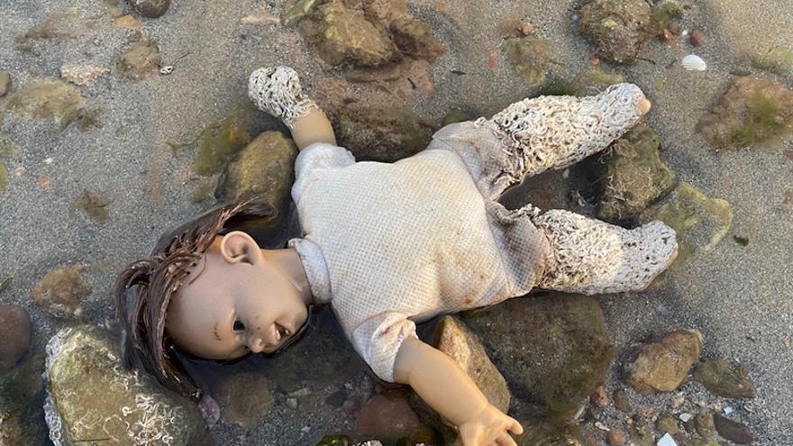 La muñeca con los anélidos hallada en el balneario La Encarnación de Los Alcázares, Murcia / ISABEL RUBIO