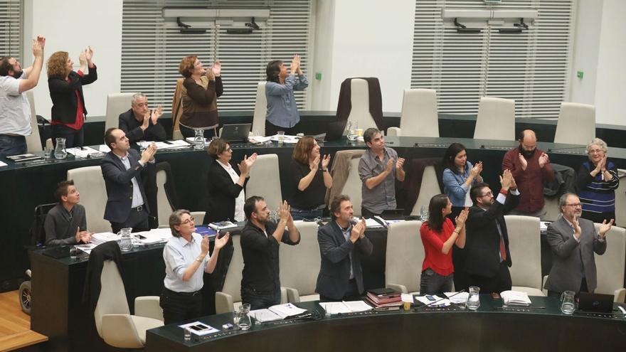 Aplauso en el pleno municipal que ha aprobado que el Ayuntamiento se querelle contra los crímenes franquistas. / Ayto de Madrid