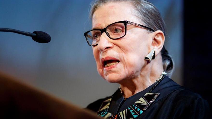 La jueza progresista de EE.UU. Ruth Bader Ginsburg sale del hospital