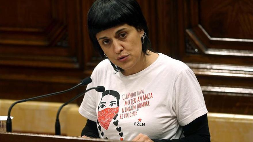 La diputada de la CUP Anna Gabriel interviene desde el atril del Parlament con una camiseta zapatista