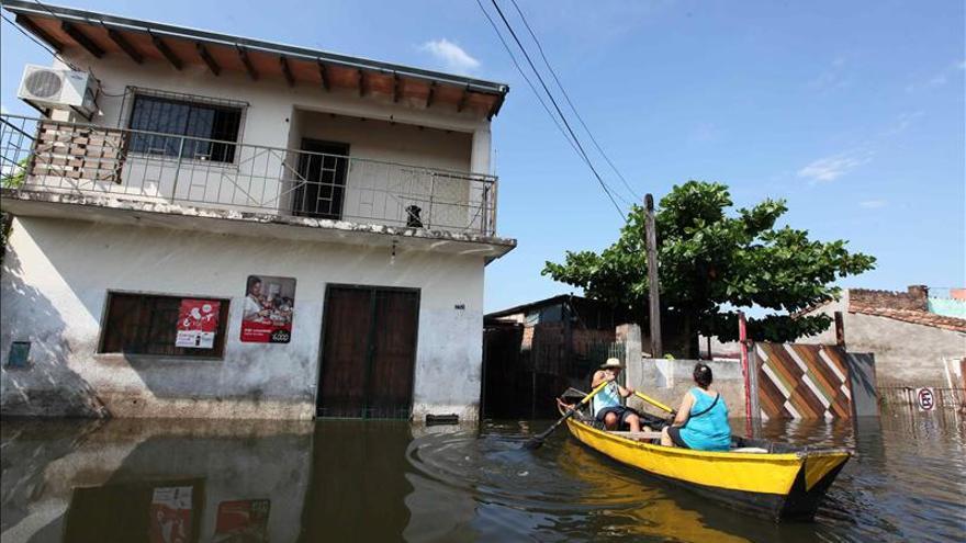 Las inundaciones hacen de Asunción una Venecia sin brillo y con 50.000 evacuados