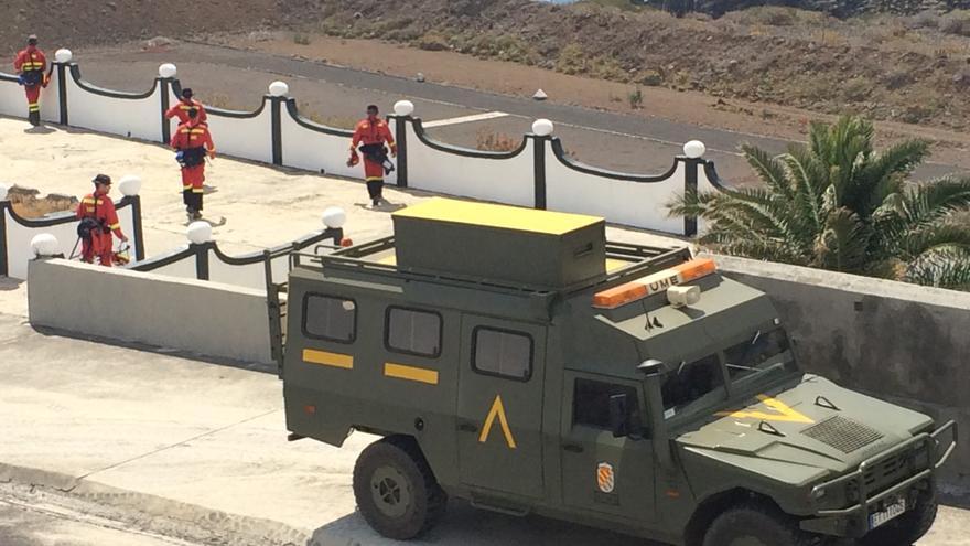 Uno de los vehículos y varios efectivos que han participado en el simulacro.