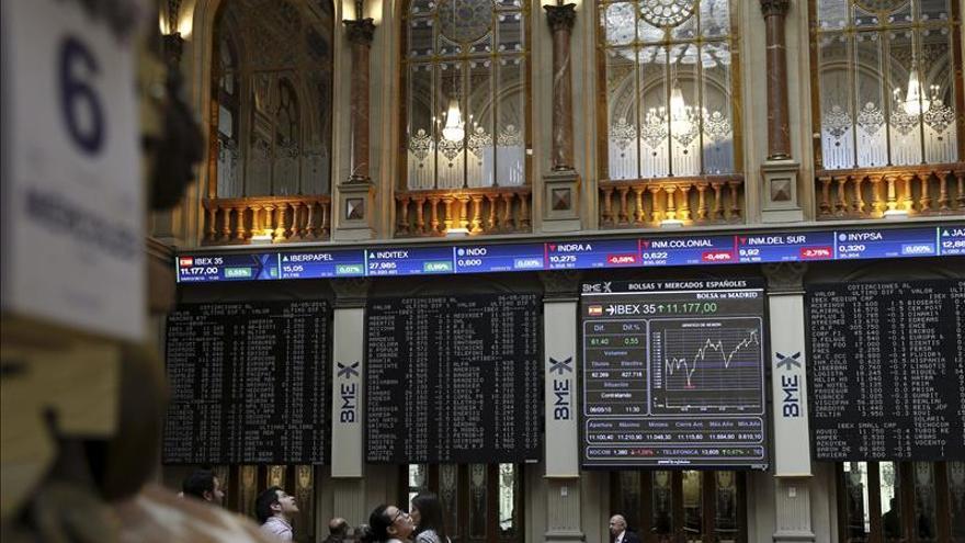 Grecia y el Reino unido le cuestan al IBEX un 1 % y los 11.100 puntos