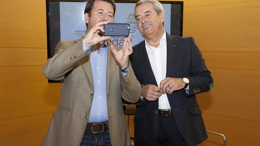 Carlos Alonso y Aurelio Abreu, tras la firma del acuerdo de gobierno en el Cabildo.