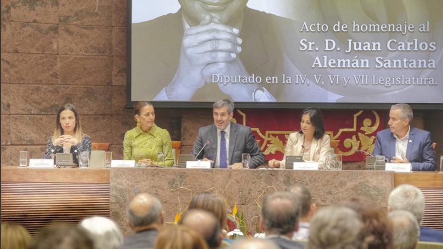 Fernando Clavijo preside la mesa en el homenaje que el Parlamento de Canarias rindió a la memoria de Juan Carlos Alemán.