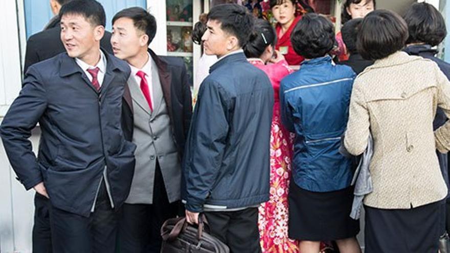 Ciudadanos norcoreanos frente a un estanco. (CA).