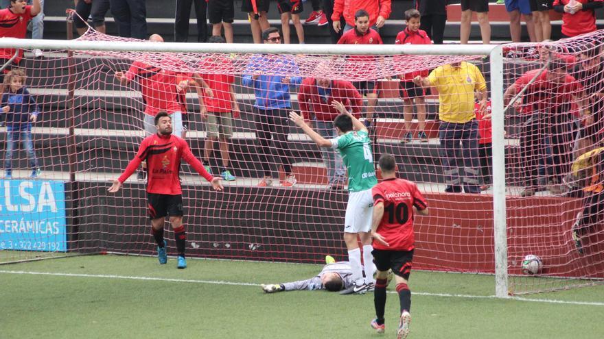 En la imagen, momento tras el gol del Mensajero al Leioa. Foto: JOSÉ AYUT.