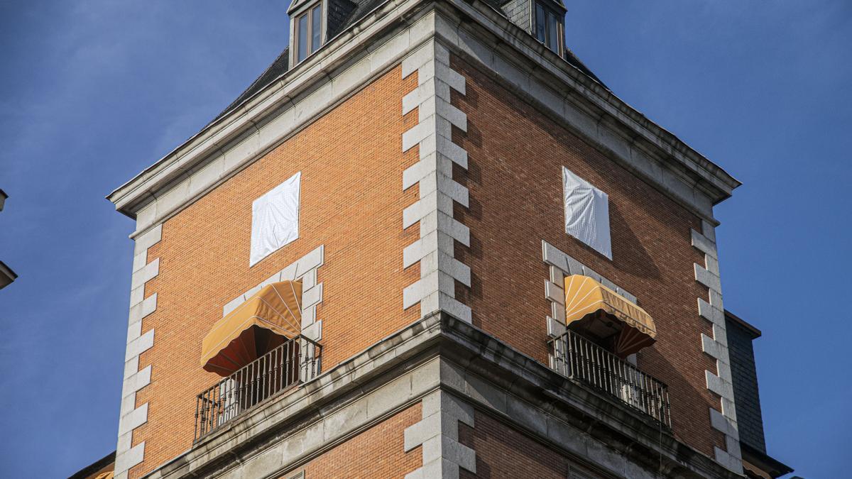 Escudos cubiertos en la fachada de Exteriores