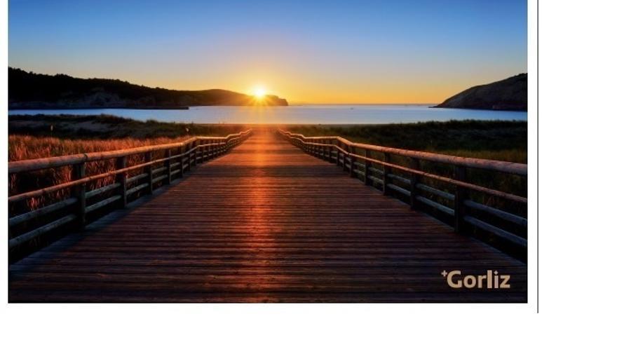Correos emite una postal de una puesta de sol desde la playa de Gorliz (Bizkaia)