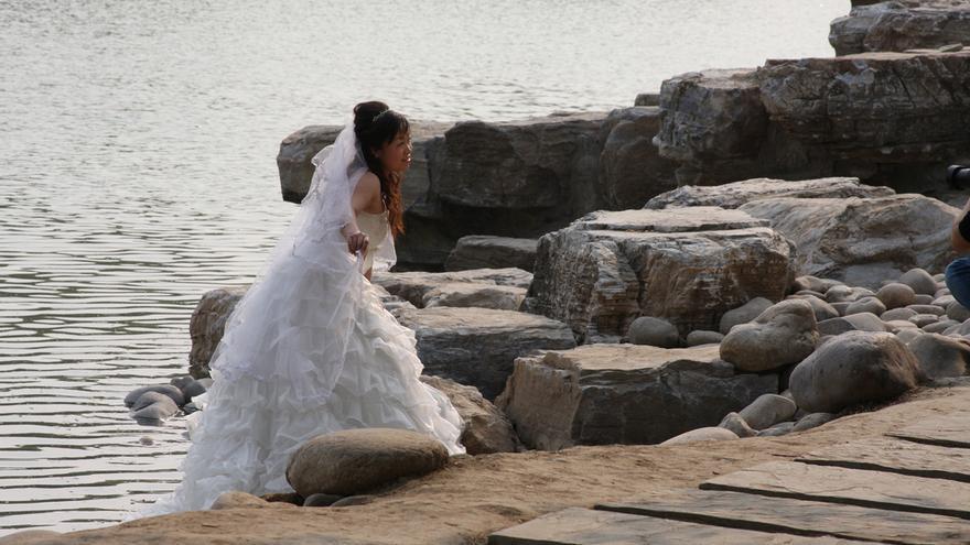 Una novia, durante una sesión de fotos en el parque de Yuyuantan, en Pekín