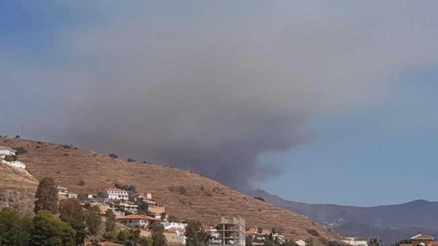 La Junta activa el nivel 1 del Plan de Emergencias y desaloja viviendas por el incendio de Almuñécar