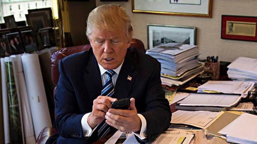 Donald Trump con el teléfono móvil