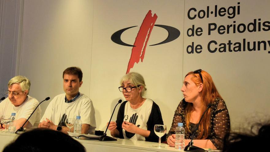 La presidenta del comité de empresa de TV3, Roser Mercader, en rueda de prensa junto a la hermana del trabajador acusado