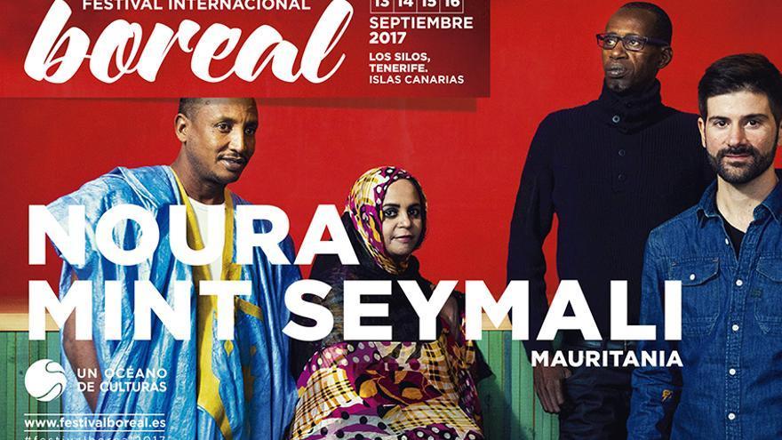 La artista mauritana con integrantes de su banda