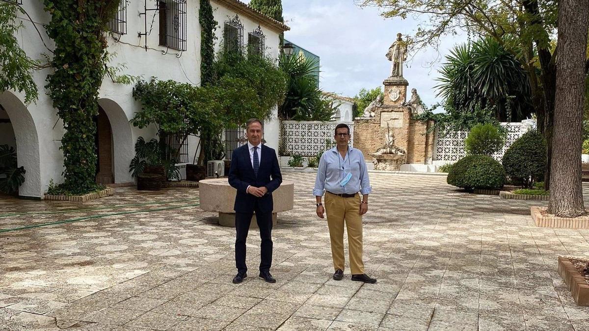 Pimentel (izda.), durante su visita a El Puntal.