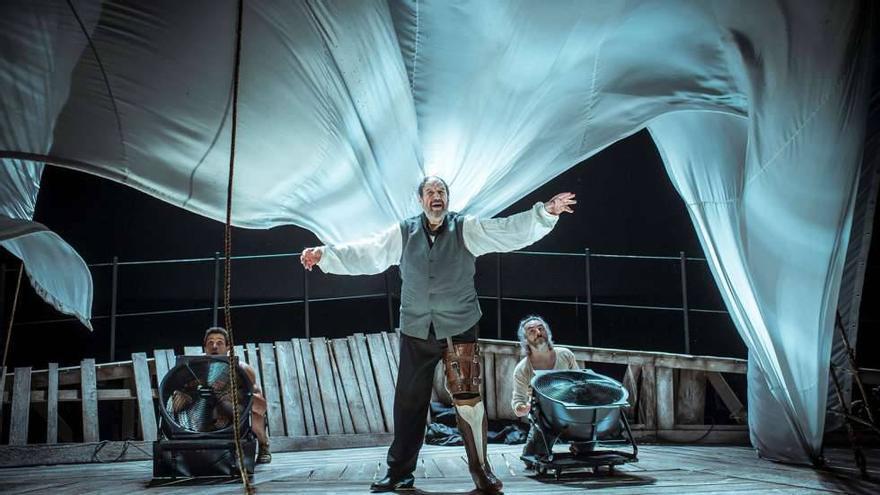 Tres actores bastan para crear todo el universo de una novela de 1.000 páginas. Moby Dick es uno de los grandes eventos teatrales del año. Cedida