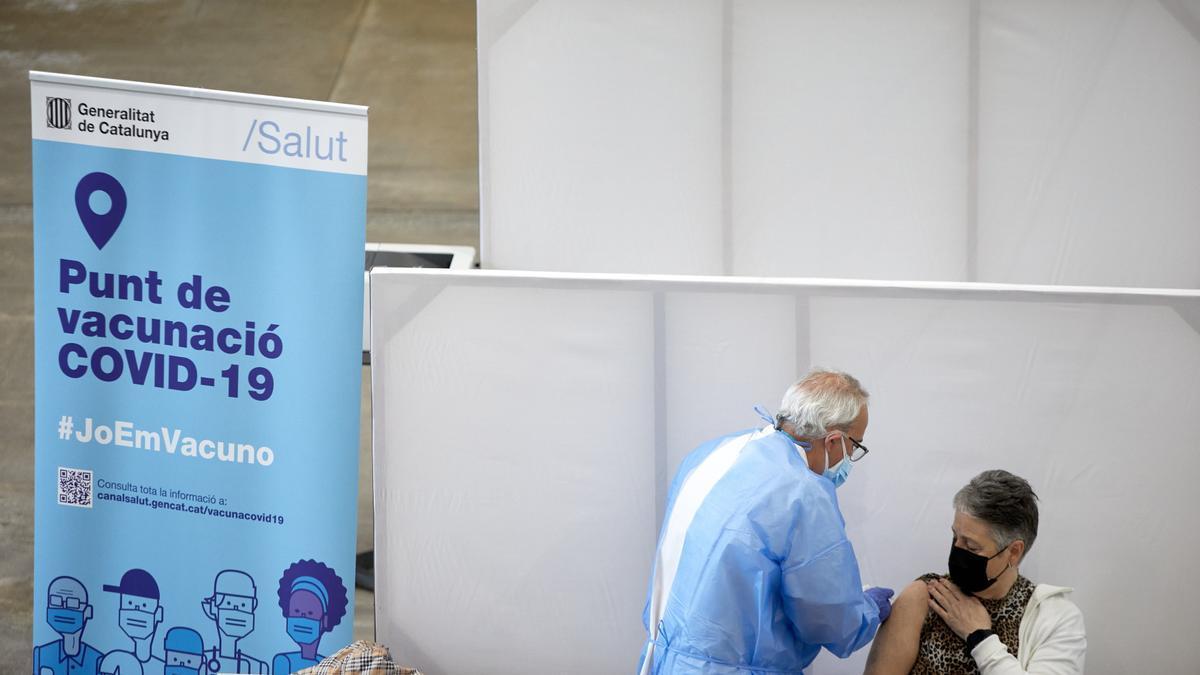 Profesionales sanitarios administran vacunas contra la covid-19 en el Palacio de Fires de Girona. EFE/ David Borrat/Archivo