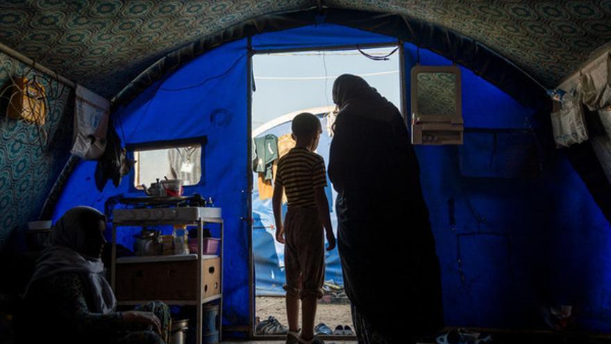 Una madre y su hijo en una tienda en el campo de personas desplazadas en Hamam al Alil // Amnesty International
