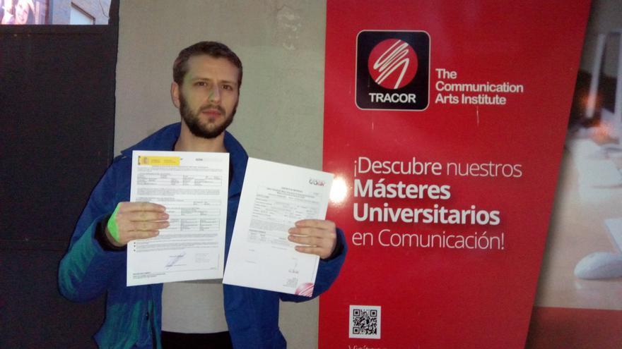 José Marcos muestra la solicitud del Préstamo Renta Universidad al ministerio y la matrícula del máster