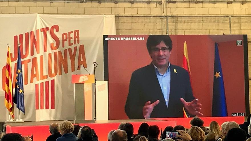 Carles Puigdemont interviene por videoconferencia en un mitin de JxCat durante la campaña