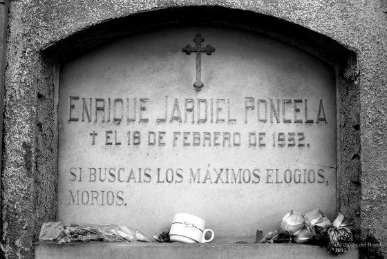 Tumba con original epitafio de Jardiel